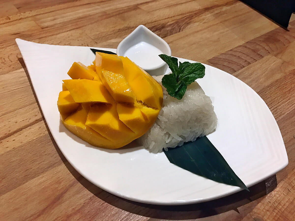 Mango sticky rice dessert